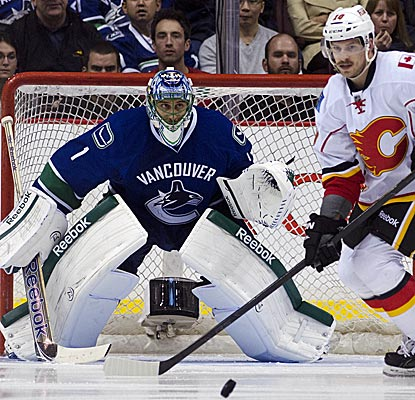 Vancouver goalie Roberto Luongo comes up with 21 saves in the Canucks' victory over Calgary. (Getty Images)