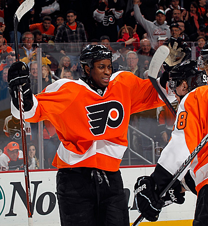 Wayne Simmonds' second period goal helps lift the Flyers over a Crosby-less Pittsburgh. (Getty Images)