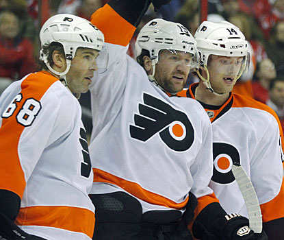 Scott Hartnell (center) notches his 15th goal of the season and extends his goal-scoring streak to six games. (US Presswire)