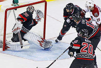 Lauri Korpikoski (28) puts the puck past Cam Ward for the go-ahead goal in the third period. (AP)