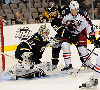 Samuel Pahlsson (No. 26) and the Blue Jackets fight their way to get their first regulation road win this season. (US Presswire)
