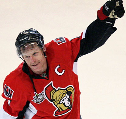 Daniel Alfredsson acknowledges the fans after recording his 400th goal in the NHL, all with the Ottawa Senators. (AP)