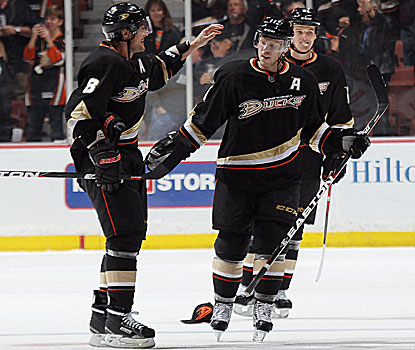 The Ducks's Teemu Selanne (left) assists on both of Saku Koivu's third-period goals.  (Getty Images)