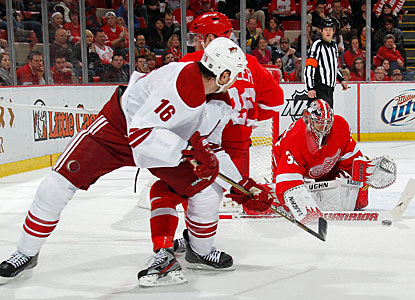 Jimmy Howard stops 25 shots against the Coyotes to earn his 100th career NHL victory. (Getty Images)