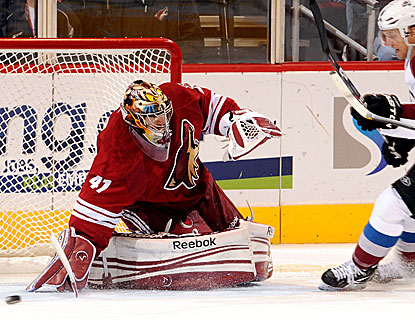 Mike Smith denies 38 shots as the Coyotes return home from an 0-3 road trip to defeat the Avalanche. (Getty Images)