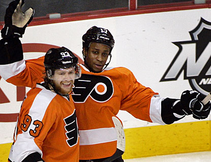 Wayne Simmonds (right) celebrates his second goal of the game with Jakub Voracek. (AP)