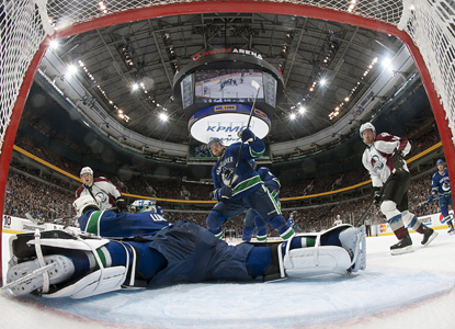 Roberto Luongo's 29 saves help top the Avalanche on Vancouver's home ice.  (Getty Images)