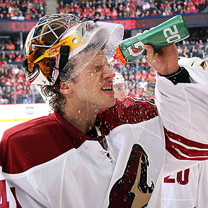 Goalie Mike Smith cools off after earning his 10th consecutive victory to lead the Coyotes into sole possession of first place. (Getty Images)