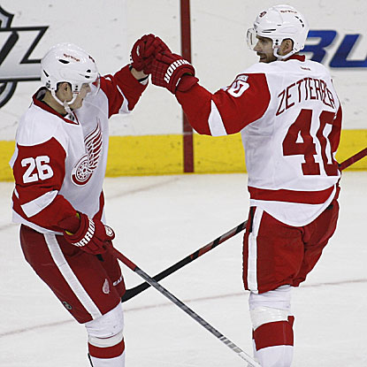 Jiri Hudler (left) congratulates Henrik Zetterberg on his go-ahead goal for the Red Wings' victory.  (Getty Images)