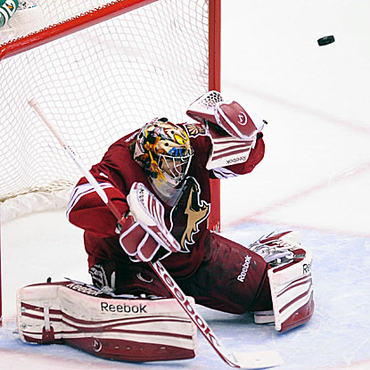 Mike Smith makes 39 saves in the Coyotes' shootout win, extending the team's point streak to 12 games.  (US Presswire)