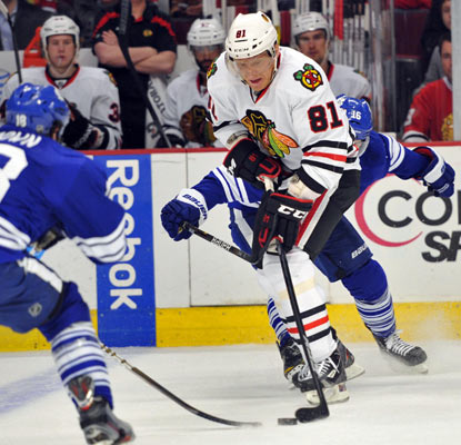 Marian Hossa scores Chicago's last two goals, one coming on an empty-netter that proves to be the difference.  (US Presswire)