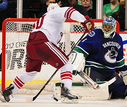 Antoine Vermette has a hand in three of the Coyotes' five goals, scoring one and setting up two other. (US Presswire)