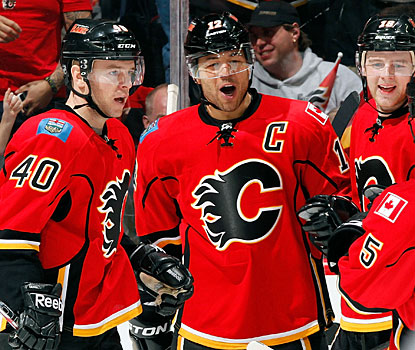 Jarome Iginla (center) scores the winner for Calgary and has eight goals and six assists in the last eight games. (Getty Images)
