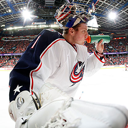 Steve Mason fills in for an injured Curtis Sanford and makes 28 saves in the Blue Jackets' SO win against the Flames. (Getty Images)