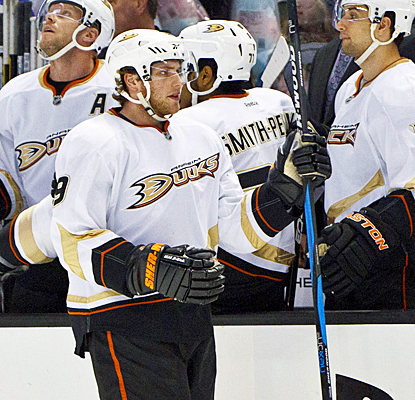 Bobby Ryan celebrates with his teammates after scoring his 27th goal of the season to help the Ducks beat the Sharks. (US Presswire)