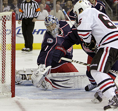 Andrew Shaw scores his 10th goal of the season to help Chicago win its fourth straight game. (AP)