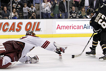 After assisting on all three goals in regulation for Dallas, Mike Ribeiro also gets it done in the shootout. (AP)