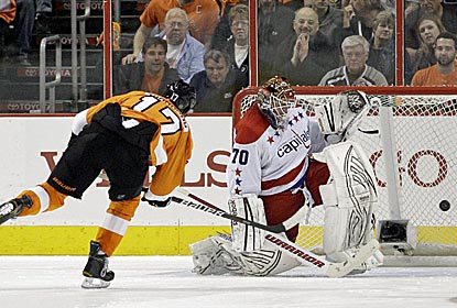 Wayne Simmonds scores a shootout goal, as does Matt Read, as the Flyers continue to push toward the playoffs.  (AP)