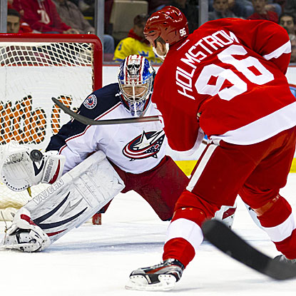 Tomas Holmstrom scores two early goals as the Red Wings jump out to a 4-0 first-period lead. (US Presswire)