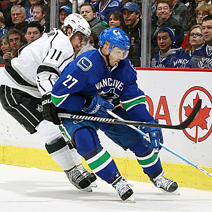 Manny Malhotra scores the game's only goal as the Canucks win and pull within two points of the top spot in the West.  (Getty Images)