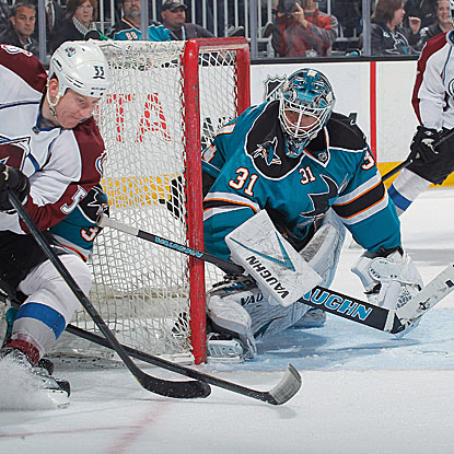 Antti Niemi stops 31 of 32 shots for the Sharks, who jump into the Pacific Division lead with their win.  (Getty Images)