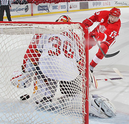 Pavel Datsyuk gets the Red Wings started off right in the shootout, beating Scott Clemmenson for a goal.  (Getty Images)