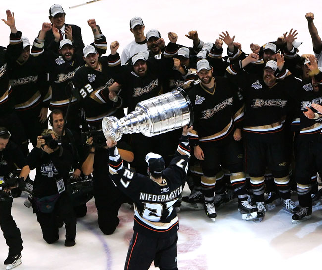 Anaheim Ducks captain Scott Niedermayer lifts the Stanley Cup. (Getty)