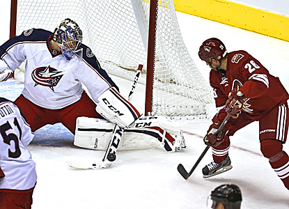 Steve Sullivan (right) scores his third goal on Blue Jackets' goalie Steve Mason in the Coyotes' win. (AP)