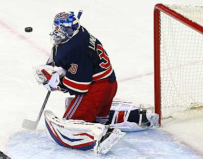 Rangers goalie Henrik Lundqvist makes 27 saves to keep the Capitals in check and earn his seventh win. (US Presswire)