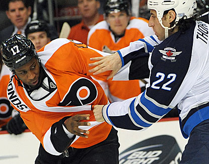 Wayne Simmonds scores the go-ahead goal and sparks the Flyers by taking on Jets tough guy Chris Thorburn. (USATSI)