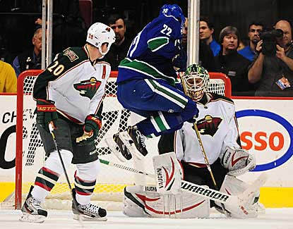Niklas Backstrom is solid in net for the Minnesota Wild with 35 saves in a 3-1 win over Vancouver. (USATSI)