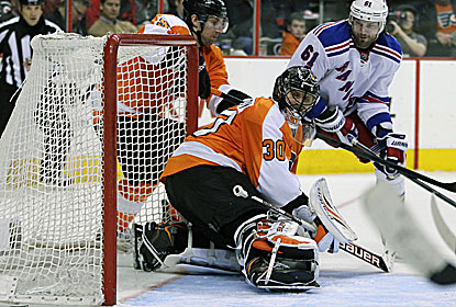Rick Nash leads the offense for the Rangers, who beat the Flyers for the 11th time in the past 12 meetings. (AP)