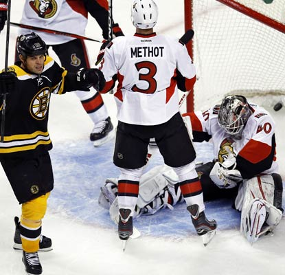 Nathan Horton breaks a 2-2 tie halfway through the third period against the Senators.  (USATSI)