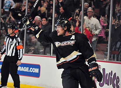 Teemu Selanne, No. 11 on the NHL's all-time goal list, celebrates netting No. 673 in the second period.  (USATSI)