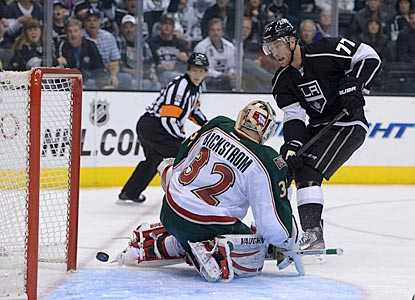 Los Angeles center Jeff Carter beats Minnesota goalie Niklas Backstrom to give the Kings a quick 2-0 lead.  (USATSI)