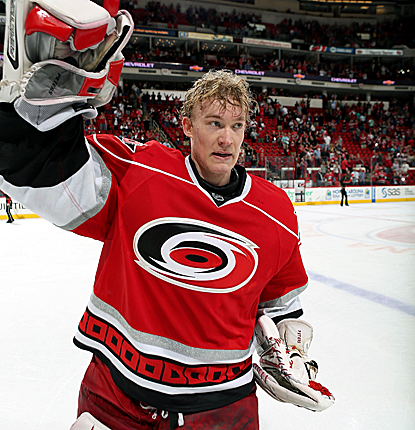 Hurricanes goalie Justin Peters salutes the crowd after Carolina ends its seven-game losing streak.  (Getty Images)
