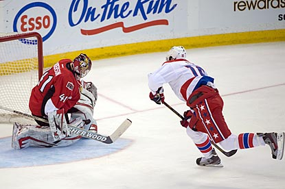Ottawa goaltender Craig Anderson denies Washington right wing Eric Fehr during the third period.  (USATSI)