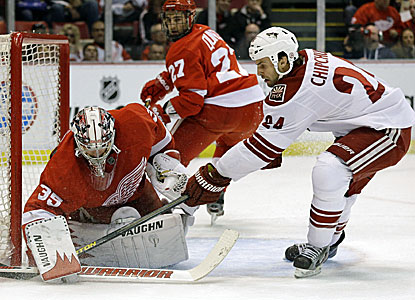 Jimmy Howard stops 34 shots as the Red Wings move within a point of eighth-place Columbus in the Western Conference. (AP)