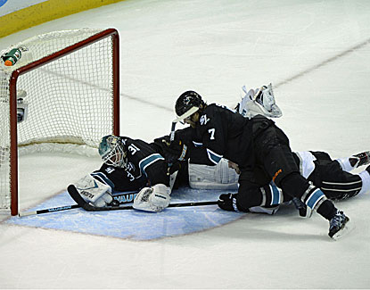 Antti Niemi makes 24 saves as San Jose holds off the Kings 2-1 to force a Game 7 in the West semis. (USATSI)