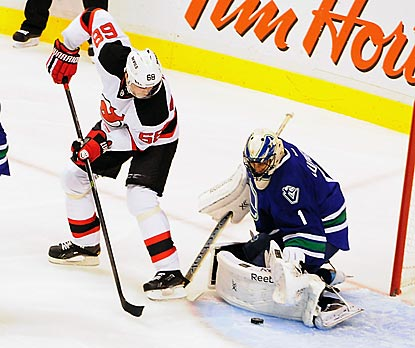 Canucks goaltender Roberto Luongo denies new Devils forward Jaromir Jagr during the first period.  (USATSI)