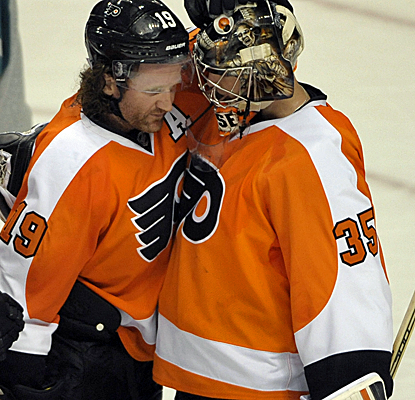 Flyers right wing Scott Hartnell and goalie Steve Mason celebrate Philly's tight victory over the Coyotes.  (USATSI)