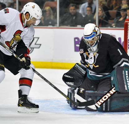 Jonas Hiller, in the old Mighty Ducks jersey, stops 30 shots to help extend Anaheim's winning streak.  (USATSI)