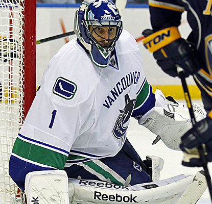 Vancouver goalie Roberto Luongo makes 25 saves against the Sabres for his first shutout of the season. (USATSI)