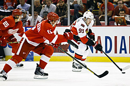 Detroit's Daniel Alfredsson (left) is held without a point against the Senators, his team for 17 seasons. (USATSI)