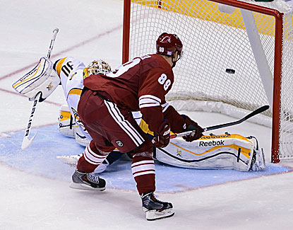 Phoenix's Mikkel Boedker scores the winner past Predators goalie Carter Hutton. The Coyotes rally from a 3-0 deficit. (USATSI)