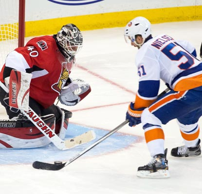 The Islanders' Frans Nielsen gets the best of Senators goalie Robin Lehner for the lone score of the shootout.  (USATSI)