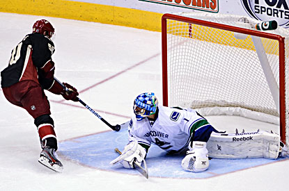 Antoine Vermette (left) scores the winning shootout goal against Canucks goalie Roberto Luongo. (USATSI)