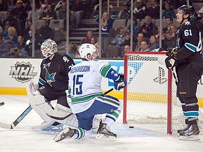 Brad Richardson (15) scores Vancouver's first goal against Antti Niemi during the first period.  (USATSI)