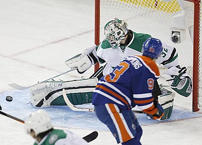 Kari Lehtonen thwarts Ryan Nugent-Hopkins and goes on to extend Edmonton's home goal drought to 182 minutes and 4 seconds.  (USATSI)