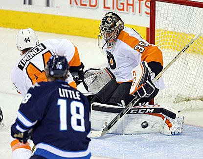 Steve Mason and the Philadelphia Flyers have their three-game winning streak snapped Friday night in Winnipeg. (USATSI)
